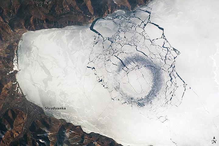 Снимки кругов на льду, озеро Байкал, Россия